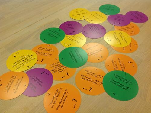 NEW ROUND EDITION: Here's the complete box of yellow, orange and purple Infinite QUESTIONS. When your team is desoriented you hand out one or more infinites. Then they start learning to know the 'topic'.